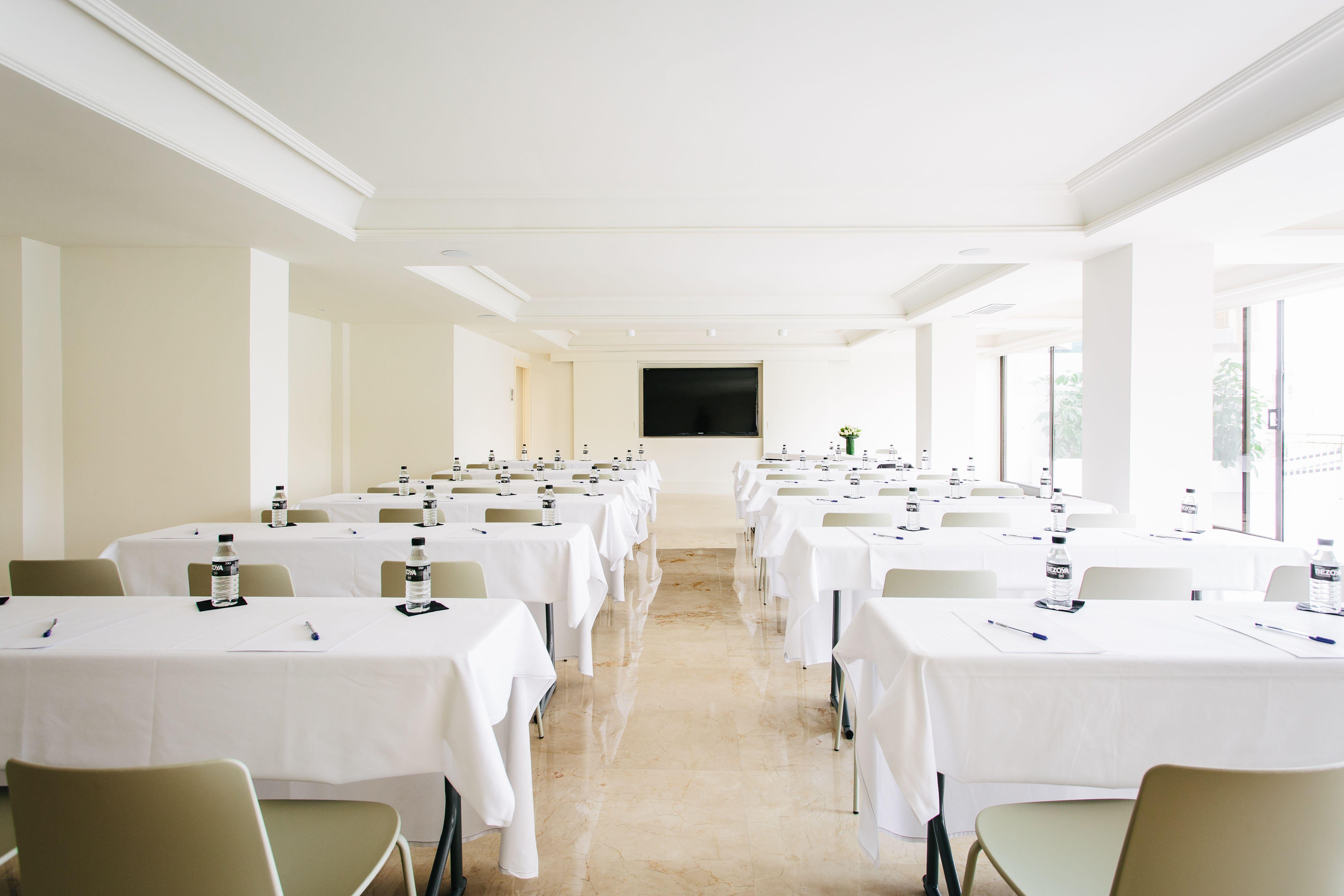 salón mesas hotel almirante